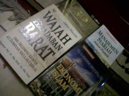 Hadiah 4 buah buku dari panitia seminar nasional Teknologi Pendidikan