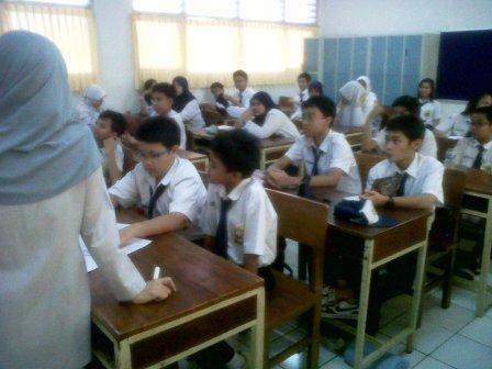 Obu Entin menjelaskan Tentang Tugas  Pengurus Kelas