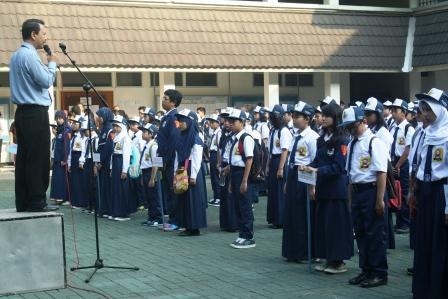 Panitia MOS Menyiapkan Barisan Siswa untuk apel pagi