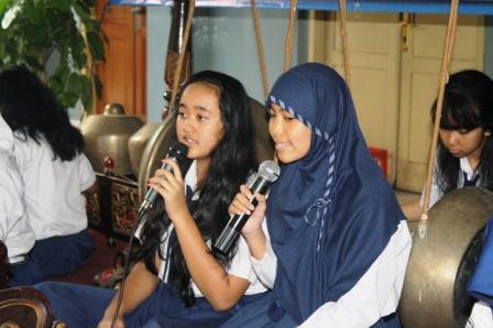 Siswi putri menyanyi lagu jawa diiringi gamelan jawa