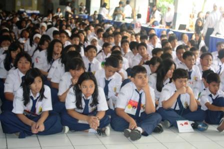Para siswa asyik mendengarkan musik Karawitan