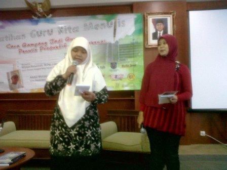 Para Peserta terpilih diminta membaca hasil karya tulisnya di depan peserta lainnya