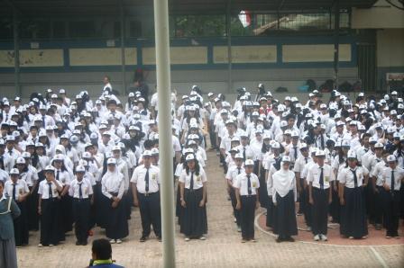 Siswa SMP Labschool Jakarta Berkumpul di Lapangan Upacara