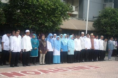 Guru-guru Siap Bersalaman dengan Para Siswa