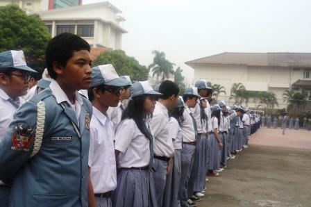 Para Siswa Berbaris Rapi Mengikuti Apel Pagi
