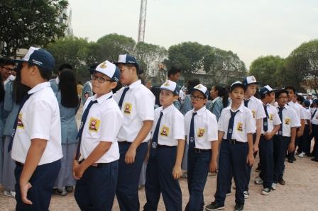 Siswa SMP Siap Bersalaman dengan Para Guru