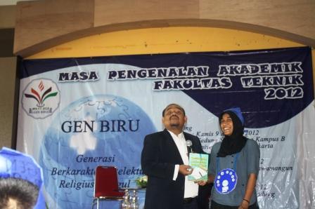 Omjay memberikan Hadiah Buku untuk Mahasiswi Baru yg berasal dari Aceh