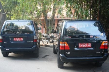 Mobil dinas di depan kampus Pasca UNJ