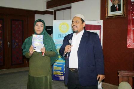 Omjay dan Peserta yang Mendapatkan Hadiah Buku Terbaru Omjay