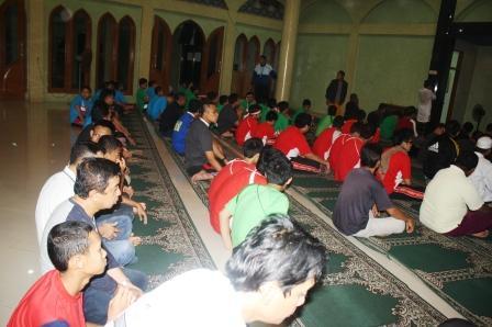 Berkumpula di Mas At Taqwa untuk Sholat Subuh Berjamaah