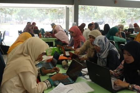 Guru-guru Yayasan Al Muslim, Bekasi sedang Membuat Proposal PTK