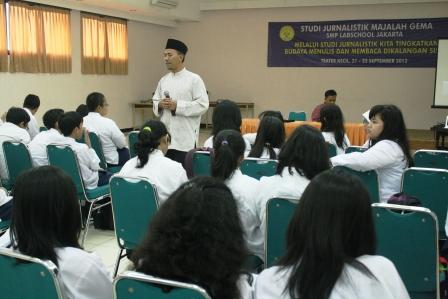 Pak Ali Chudori, Kepala SMP Labschool Jakarta membuka Acara