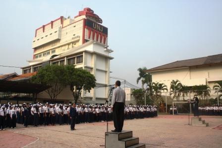 Upacara Bendera di SMP Labschool Jakarta