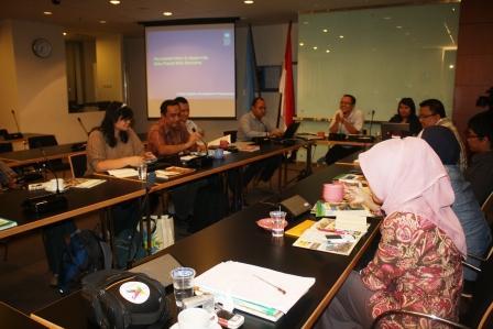 Diskusi yang dipimpin oleh Mas Anjari sebagai moderator