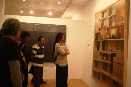 Para Pengunjung Melihat Lukisan keluarga Sakinah