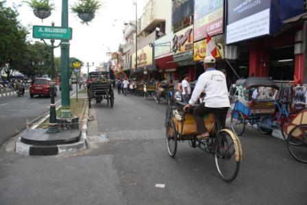 Tukang Becak Berjejer Rapi sepanjang Jalan Malioboro