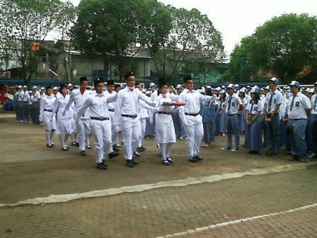 Psaukan Pengibar Bendera sedang menjalankan tugasnya di upacara hari pahlawan