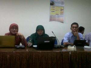 Ibu Amiroh (Kerudung Merah) sedang Presentasi ttg Pemanfaatan Video via Moodle