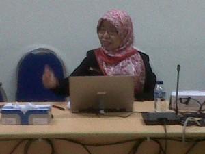 Ibu Elslee, Kepala SMAN 106 Jakarta sedang Presentasi Makalahnya