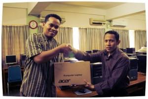 Serah terima Laptop dari Mas Yulef (juri) ke Pak bhayu (pemenang lomba) di Labschool Jakarta