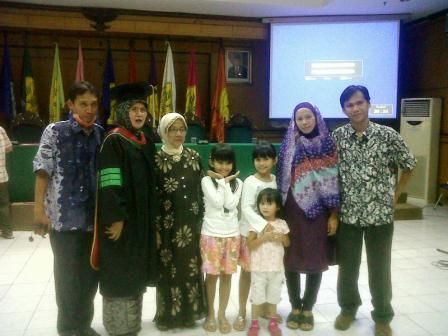 Ibu. Dr. Yayah Hidayah Andriani Dimyati beserta keluarga
