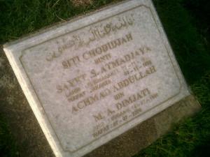 Batu Nisan ayah dan Ibu Omjay