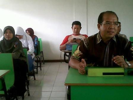 Peserta pelatihan menulis di STIE Husnayain Cijantung Jaktim