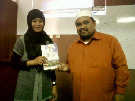 Omjay dan Mahasiswi Penerima Hadiah Buku