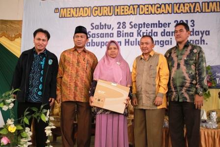Dilakukan penyerahan IGI AWARD buat Guru Hulu Sungai Tengah Ibu Dra. Rohanah, hadiah berupa Notebook