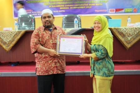 Kenang-kenangan untuk Omjay dari UBH Padang