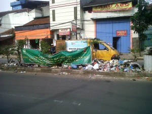 Dinas Kebersihan kota Bandung sedang membersihkan sampah di jl jamika