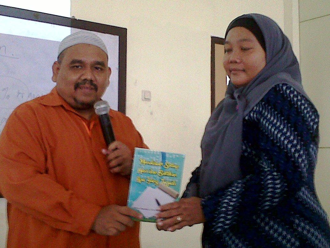 Omjay bersama peserta PNPM Mandiri dan Buku Menulislah setiap hari dan buktikan apa yang terjadi