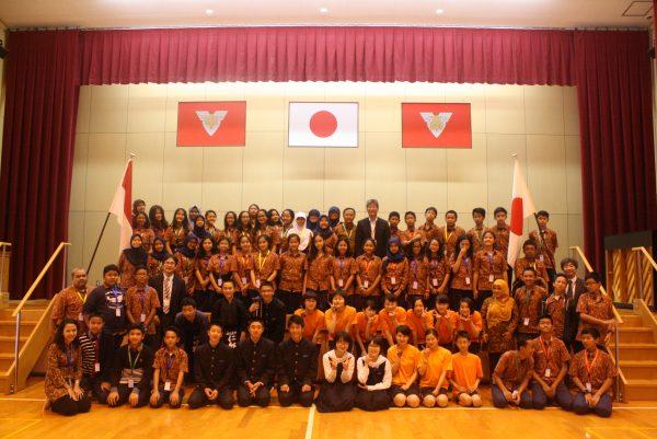 Foto bersama siswa Labschool dengan siswa sekolah di Jepang
