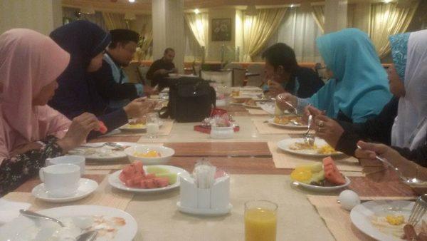 sarapan pagi di hotel tulip